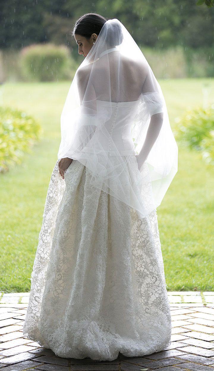 Abito da sposa con gonna ampia ricamata delicatamente. www.cinziaferri.com