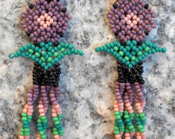 Puntada a mano con cuentas pendientes de flor morada