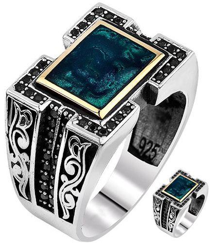 925 ayar Gümüş Otantik Erkek Yüzük - Otantik Erkek Yüzük 925 ayar gümüş garantilidir. Yüzüğün üzerinde doğal mine boyası bulunur. Kenarları kabartma desenli ve siyah zirkon taşları ile süslenmiştir. Siparişlerinizde ölçünüzü belirtmeyi unutmayınız. / http://www.yuzuksitesi.com/925-ayar-gumus-otantik-erkek-yuzuk-10355