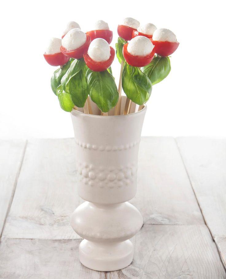 Heb jij deze schattige bloemetjes al gezien? Ze zijn om op te eten! Wil jij weten hoe je deze traktatie zelf kunt maken? We leggen het uit. Dit heb je nodig: Satéprikkertjes Cherrytomaatjes Mozzarellabolletjes Basilicumblaadjes Zo maak je het: Halveer de tomaatjes en hol ze uit. Prik een blaadje basilicum op een prikker, rijg er …
