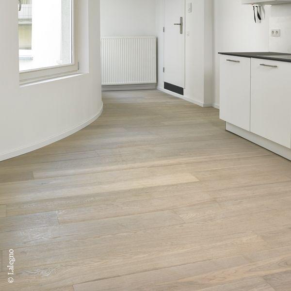In deze keuken werd gekozen voor de 15-CLASSIC-189-SAUTERNES-B van Lalegno. Meer over deze meerlaagse parketvloer verneem je op de website van Lalegno (www.lalegno.be).