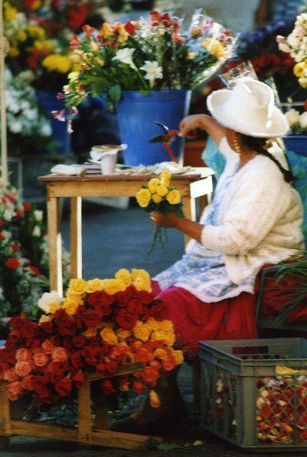 ECUADOR: Cuenca Mercado de las flores. Ecuador produce flores y las importa a los mercados internacionales siendo una de las industrias mas finas y exoticas del mundo de las flores.