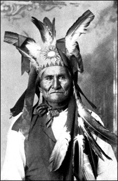 Go Khla Yeh alias Geronimo (1829-1909), tribu apache Bedonkohe près du Turkey Creek, n'a jamais été chef, mais en tant qu'homme-médecine (chaman) et guerrier reconnu et respecté, il eut une grande influence sur les Apaches Chiricahuas. Il est l'un des protagonistes des guerres apaches ayant combattu le Mexique et les États-Unis pour les droits des amérindiens.