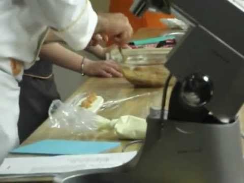 Luca Montersino durante un suo corso fa vedere come assemblare un suo dolce