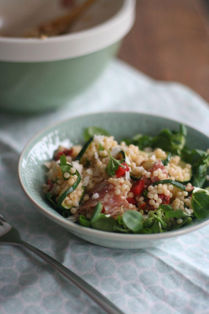 Heerlijke Italiaanse salade van parelcouscous met salami en courgette. Italiaanse smaken passen perfect bij de parelcouscous. Ook lekker als lunch!
