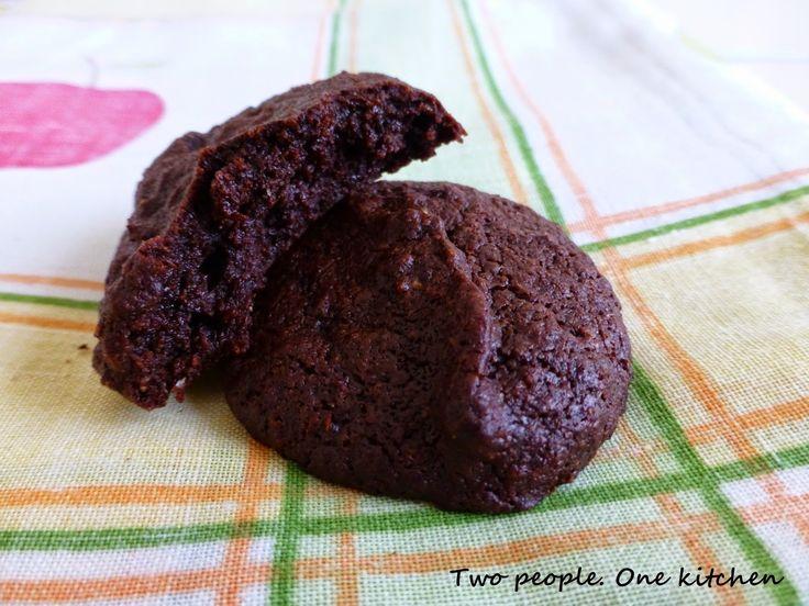 Two people. One kitchen: Μαλακά και ζουμερά σοκολατένια μπισκότα