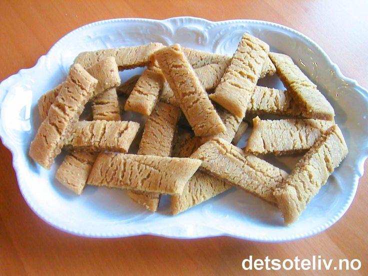 """""""Kolakakor"""" er klassiske svenske småkaker med karamellsmak (kola betyr karamell på svensk). Kakene er lettlagede, litt myke og seige i konsistensen og """"JÄTTEGODA""""!! Oppskriften gir 65 stk."""