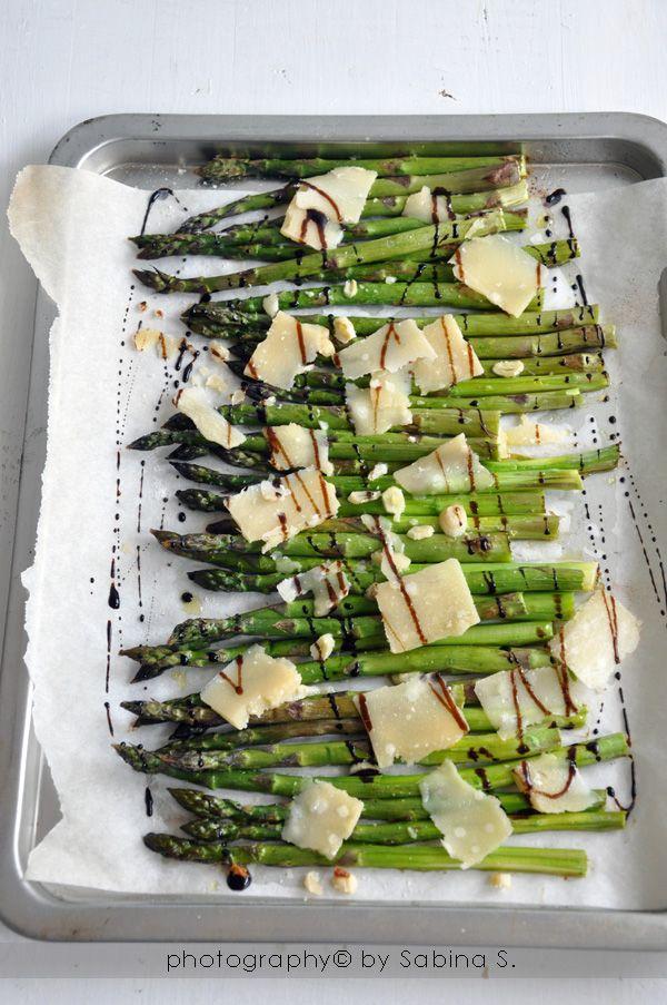 Asparagi al forno con scaglie di parmigiano e aceto balsamico