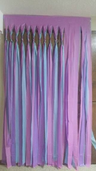 Faire son rideau anti-mouche avec la couleur de son choix : Just take 3 plastic tablecloths (choose the three colours that match your colour theme of your Iftar/Eid party) that you can buy VERY cheap at discount stores. Just layer the tablecloths and cut strips and plat/braid a few times and knot it.