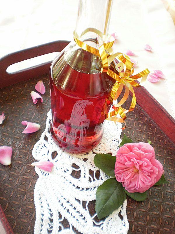 Siropul de trandafiri pregatit in casa il puteti consuma ca si bautura impreuna cu apa minerala si gheata sau il  puteti folosi la diferite prajituri
