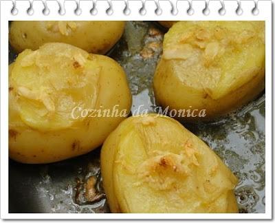 Batatas assadas com alho (micro-ondas)