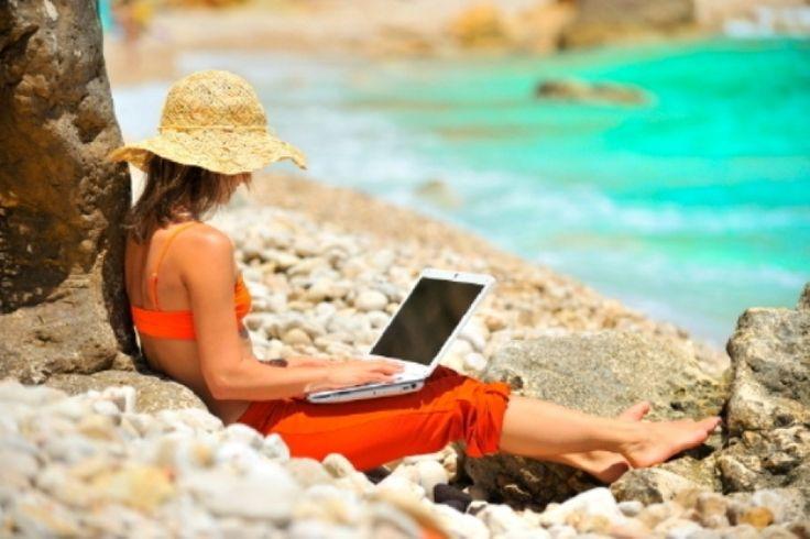 Urlop z laptopem? 11 wskazówek bezpiecznego podróżowania z technologią