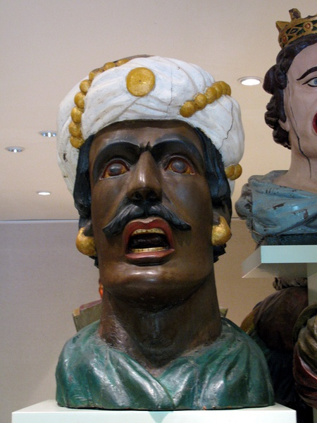 Gaper Zuiderzeemuseum A gaper is a stone or wooden head, often depicting a Moor, on the front of a building in the Netherlands. It was used to indicate that this building is a pharmacy.