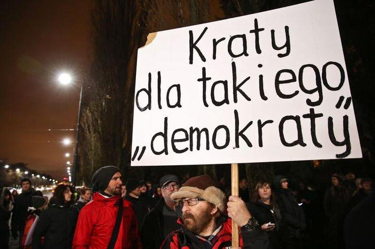 Protest przeciw polityce PiS. Tłum przed domem Kaczyńskiego 13.12.2015