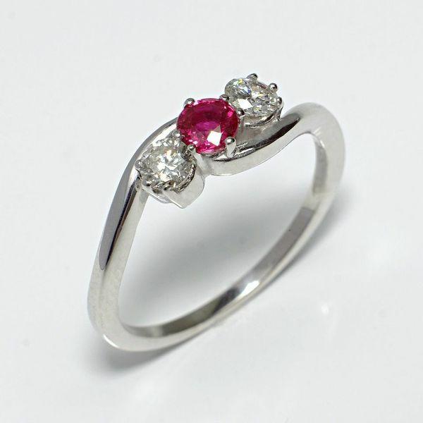 Inel de logodna ATCOM Lux cu rubin si diamante ALBERT modelat din aur alb dw 14K. http://www.verigheteatcom.ro/inel-de-logodna-atcom-lux-cu-rubin-si-diamanete-albert-aur-alb_1084.html