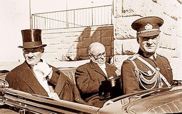 Cumhurbaşkanı ATATÜRK, Başbakan Celâl Bayar ile Cumhuriyet Bayramı törenine giderken