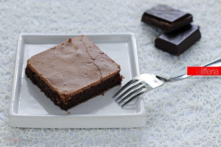 La torta cioccolatina è un dolce facilissimo e veloce, senza glutine, con soli 4 ingredienti. Una torta al cioccolato che si scioglie in bocca!