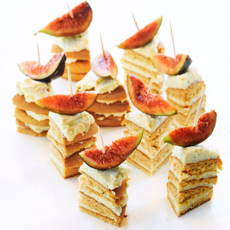 Mjuk pepparkaka, mögelost och fikon =  perfekt till minglet! <3 http://www.ica.se/recept/pepparkaksbakelse-med-adelost-och-fikon-714244/