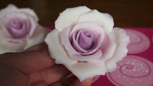 Made a rosetutorial including a video on Youtube: http://www.kakkutaikuri.fi/2015/09/how-to-do-liukuvarjatty-sokerimassaruusu.html