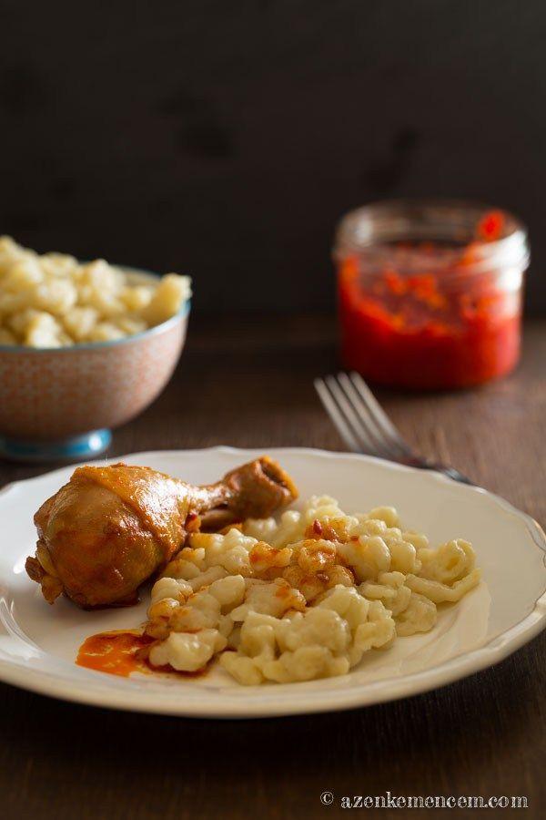 """Csirkepörkölt nokedlivel - hagyományos módon, """"könnyített"""" alapanyagokkal"""