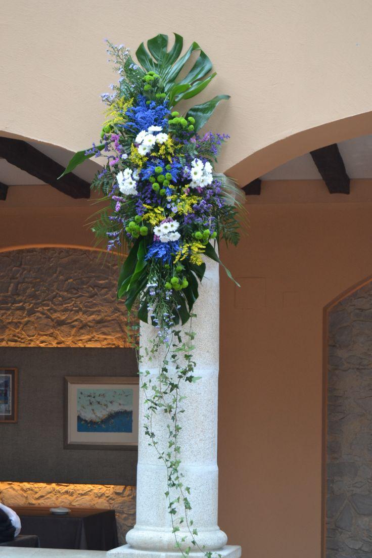 Decoraci n de nuestras columnas para la ceremonia boda ceremonia flores boda raquel y - Como decorar un salon en navidad ...