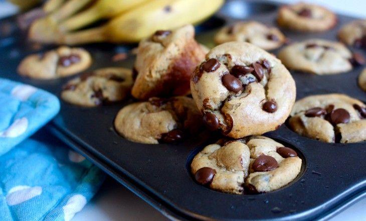 Snabba glutenfria muffins utanvanligt socker. Gjorda på mognabananer och jordnötssmör, sötade med honung ochtoppade med mörk choklad.