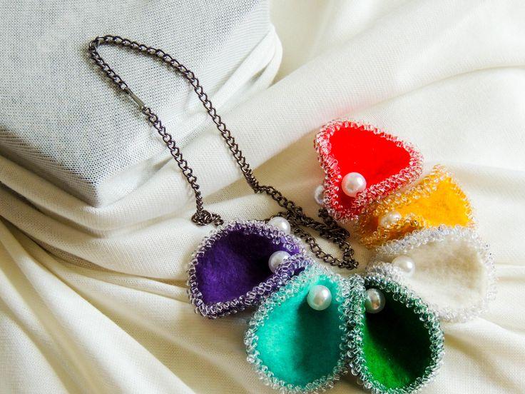 Náhrdelník barevné mušle filc a korálky.  Cena: 350,- Kč (13 euro)