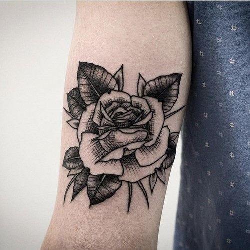 Este preto e cinza rose tattoo http://tatuagens247.blogspot.com/2016/11/50-magnifica-rosa-tatuagens.html