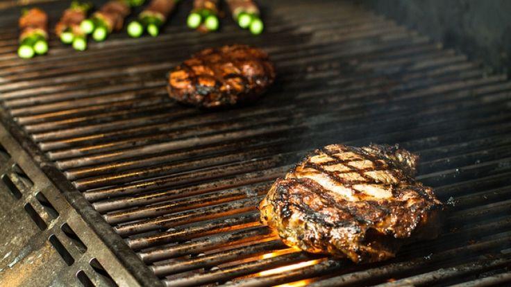 Carne di manzo alla griglia. Come cuocere la bistecca marinata nel whiskey