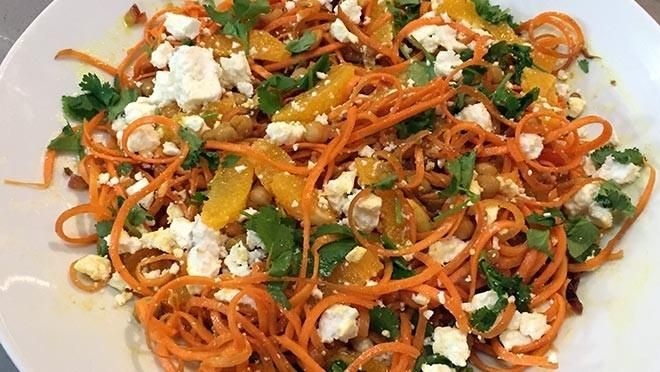 Wortelspaghetti met kikkererwten, feta, komijn, kerrie, honing, sinaasappel en koriander - recept | 24Kitchen