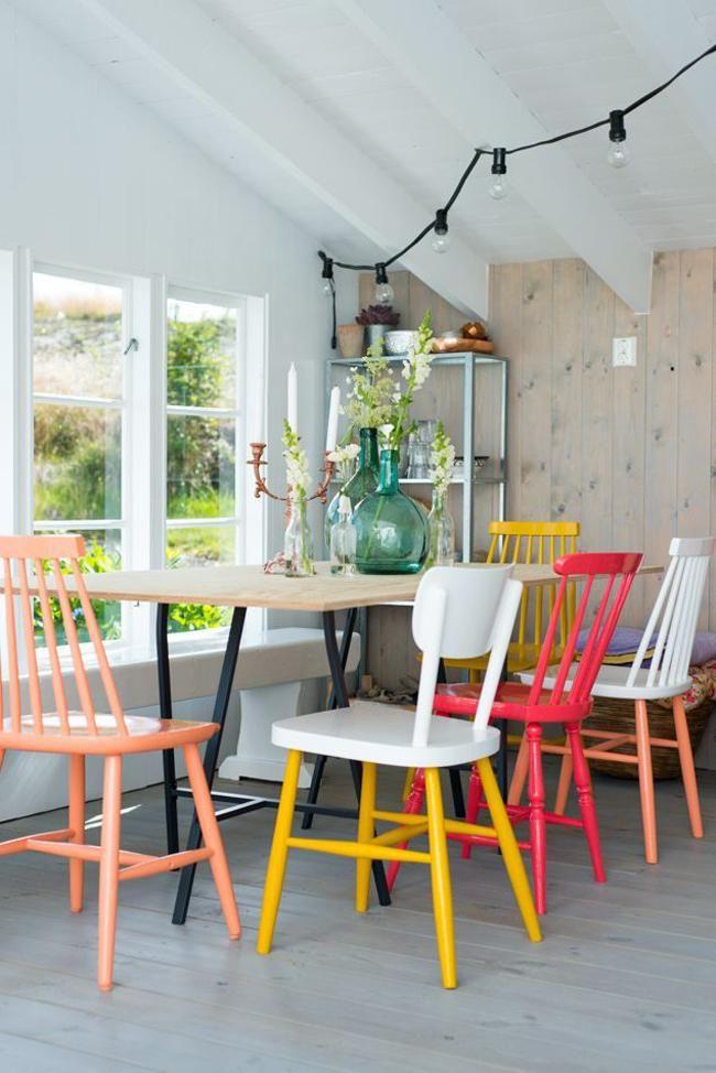 Стол и стулья для кухни: 40+ идей организации обеденного пространства (фото) http://happymodern.ru/stol-i-stulya-dlya-kuxni-42-foto-kak-oformit-komfortnuyu-obedennuyu-zonu/ Деревянные стулья, окрашенные в разный цвет, будут в центре внимания в столовой зоне