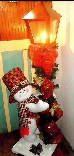 Muñeco de nieve y farol navideño.                                                                                                                                                      Más