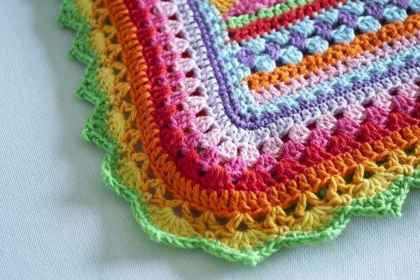Toen het patroon van notyouraveragecrochet af was had ik nog meer dan een halve bol over van iedere kleur katoen. Niet genoeg voor een nieuwe deken, maar wel genoeg om een heel kleurrijke rand te maken! De rand die er origineel om heen zit vind ik wat simpel en dus bedacht ik mijn eigen rand. … Lees verder Rand crochet along deken →