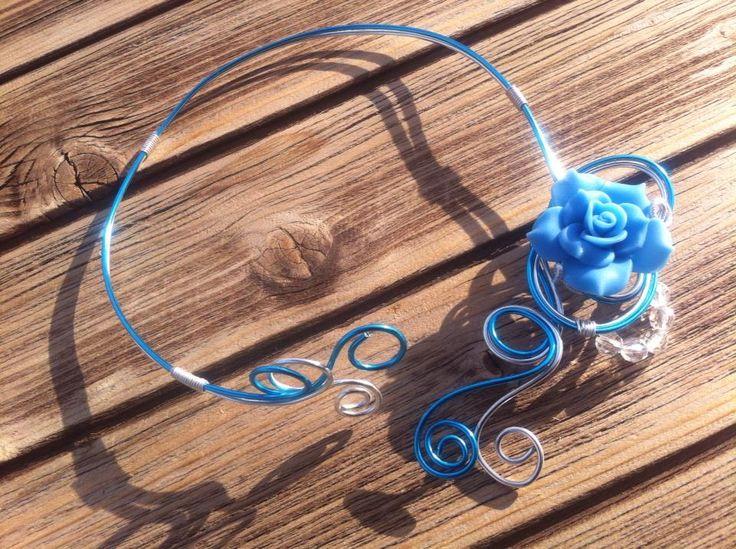 Collier n°053  Avec deux couleurs de fils d'aluminium de couleur bleu ciel et argenté, ainsi des petites perles transparentes en dessous d'une fleur en fimo (pâte polymère) bleu claire  Retrouvez ce modéle sur ma page facebook : https://www.facebook.com/olivia.creation.5