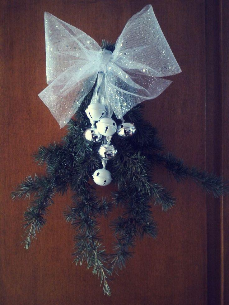 Ghirlanda natalizia con abete e campanelli
