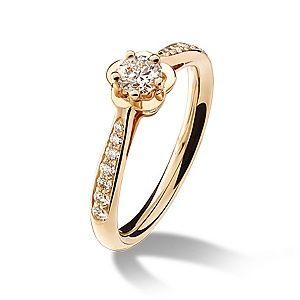 """CHANEL(シャネル)の婚約指輪、カメリア コレクション エンゲージメント リングのご紹介です。マドモアゼル シャネルが最も愛した花であるカメリアをモチーフとした""""カメリア コレクション""""。普遍的なアイコンだからこそ、永遠の愛の象徴となる。台座を花びらに見立て、咲き誇る一輪のカメリアの花を表現。肌馴染みのよい、温かみのあるピンクゴールドが、花嫁の指を優美に彩る。【ゼクシィ】なら、CHANEL(シャネル)のエンゲージメントリングも多数掲載中。"""
