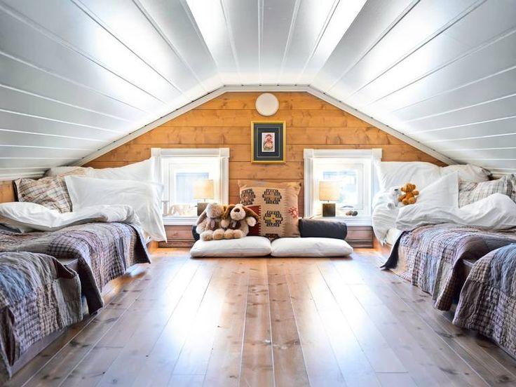 HERLIG HEMS: Et ønske om to senger på hver side resulterte i en romslig hems. Sengene har eierne selv laget med innebygde nattbord på baksiden inn mot veggen. Sengesett og sengeteppe er fra Living, mens lampene og pynt i vinduet er fra Bohus.
