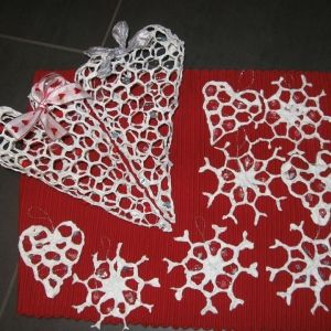Kanaverkosta muotoilemalla lumihiutaleita ja sydämiä, paperikasto menetelmällä päällystetty ja lopuksi koristeltu. Kuva ja vinkki: Annu Montell
