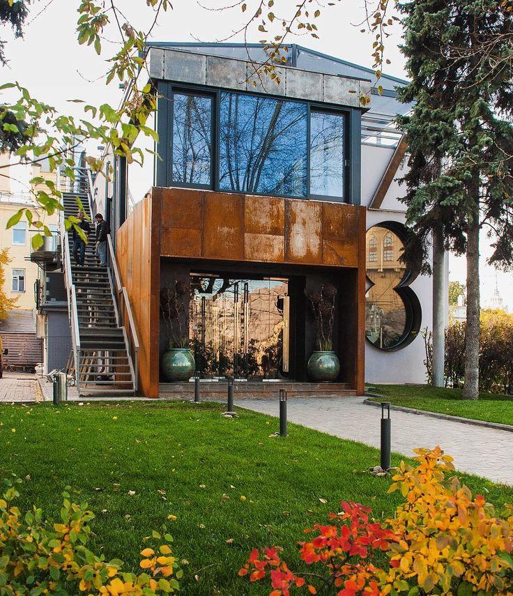 Здание ресторана ZOO Beer&Grill идеально вписалось в осенний пейзаж. Всему виной - ответственная за дизайн Наталья Белоногова. Для тех, кто любит потеплее был спроектирован камин на 1 этаже. Пережидать холода в нашей компании куда приятнее  #beer #grill