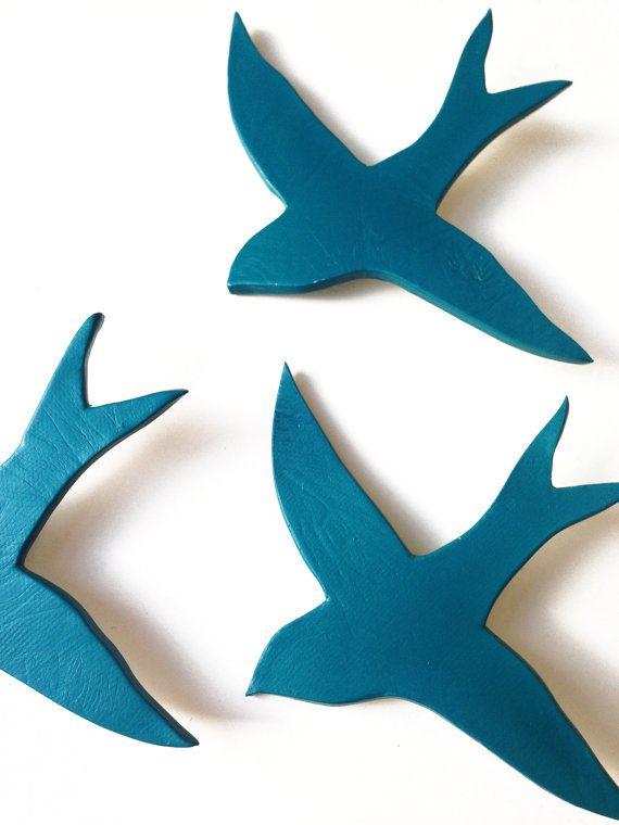 Deze set van drie diep groenblauw blauw groene porseleinen zwaluwen zal eenvoudige, moderne stijl toevoegen aan uw kunst aan de muur. Ze zijn gemaakt van hoge gebakken keramiek, met een gekleurde afwerking, zodat ze perfect voor keukens en badkamers, omdat ze het niet erg een beetje stoom, maar ze zullen zien er even mooi in leefruimtes en slaapkamers. Ze zijn gemakkelijk te organiseren op een manier die past bij uw ruimte, zodat ze geweldig voor lastige ruimtes en gangen zijn. Ik ontwierp…
