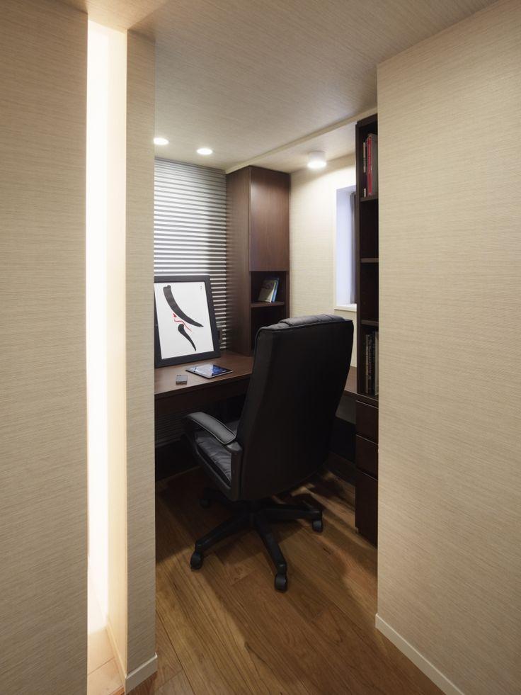 仕事に集中できるよう、書斎は籠れるような広さ、落ち着いた色調でまとめました。ゆったりと使えるL字型カウンターや、天井まで届く大容量の本棚を設け、使い勝手を向上。廊下との間にはスリットを入れて、空間のアクセントとしています。 専門家:株式会社クラフトが手掛けた、書斎スペース(リゾートホテルのような贅沢空間)の詳細ページ。新築戸建、リフォーム、リノベーションの事例多数、SUVACO(スバコ)