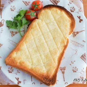 サクサク食感がたまりません!SNSでも人気上昇中!メロンパン風トースト by 四万十みやちゃんさん | レシピブログ - 料理ブログのレシピ満載! おうちで焼き立てメロンパンが食べらたら 嬉しいですよね~でも、パン作りなんて 無理ですって!はいはい実は、パン作りが苦手な方でも 手軽にメロンパンを再現する方法があるんです材料は、食パンとバターと砂糖...