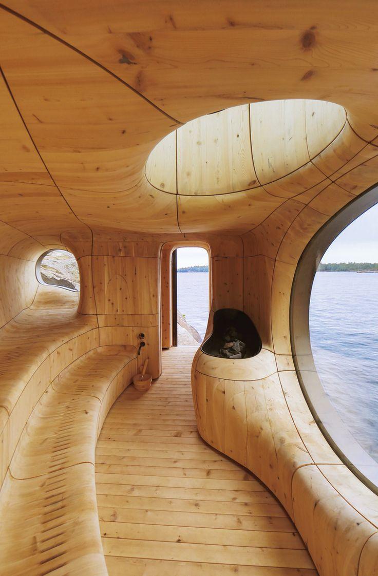 La sauna progettata dagli architetti Partisans sul lago Huron nei pressi di Toronto, Canada riproduce le forme della roccia modellata dall'acqua. La grotta in legno di cedro è dotata di numerosi oblò che liberano la vista sull'orizzonte.
