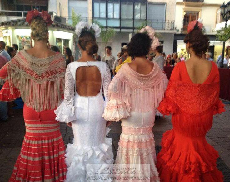 #Vestidos #flamencos acompañados de bonito escote y #mantoncillos. #NocheVivaFuengirola