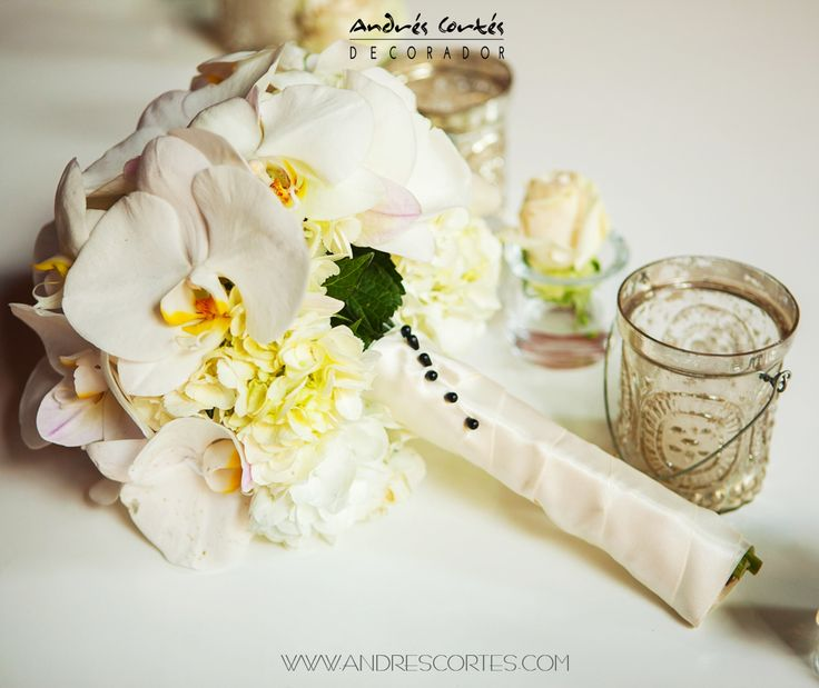 Bridal Bouquet in Ivory and white tones, where phanelopsis orchid is the protagonist.  Desing by Andrés Cortés. #andrescortes #WeddingIdeas #Bouquets