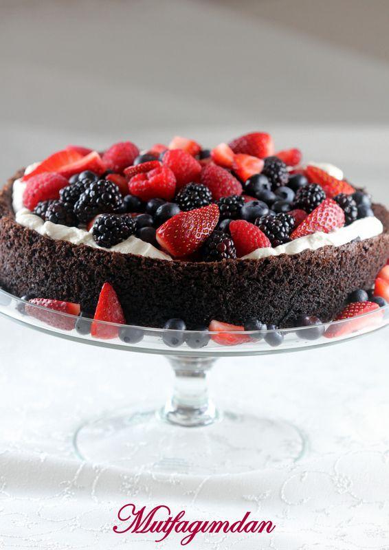Glutensiz cikolatali bir kek tarifi ararken Nigella Lawson'in bu tarifine rastladim. Dahaonce Nigella'ninyine glutensiz mandalinali kekini denemis ve cok cok begenmistim.Bir de bu ke…