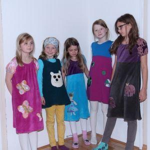 Fem fine frøkner har vært på kyrs hos Kakle og designet og sydd sine egne kjoler. Les mer på http://kakle.net/2014/11/12992/