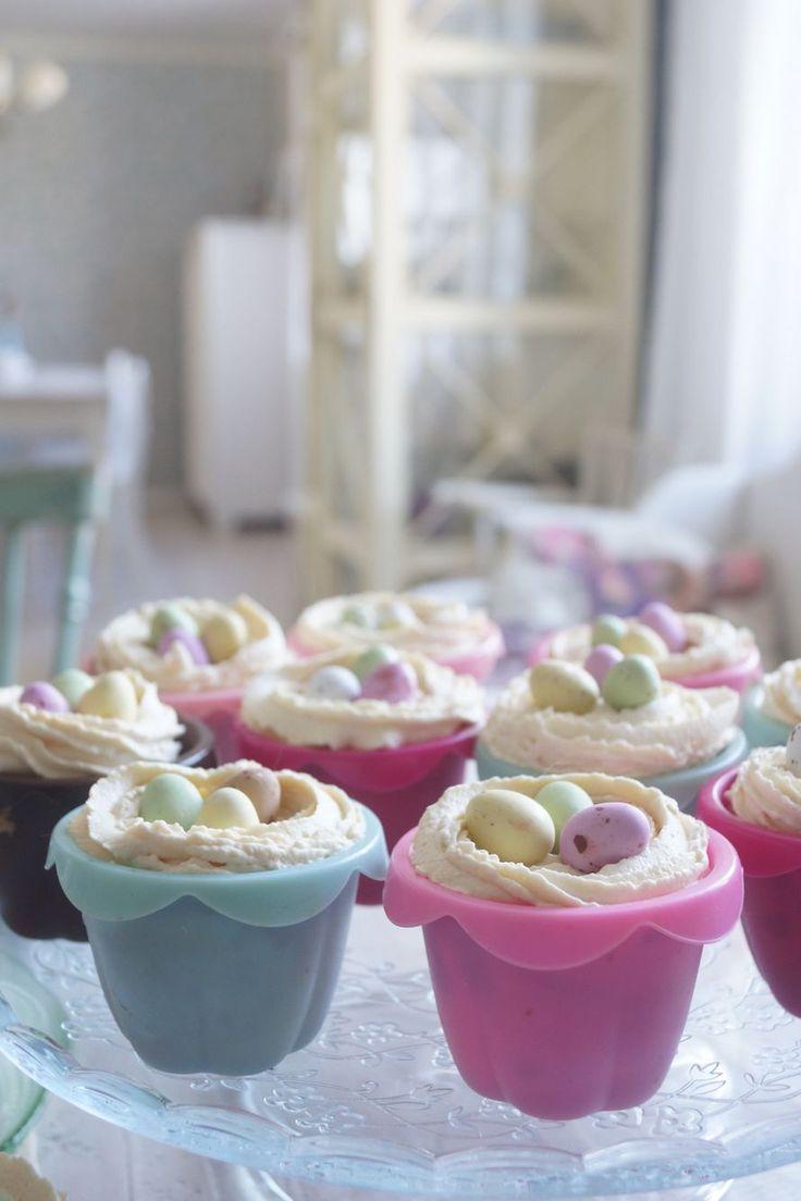 Muffinit maistuu aina ja ne on helppo valmistaa nopeastikin yllätysvieraille. Koristeltiin muffinit pääsiäisen teemaan sopivasti ja kokeiltiin...