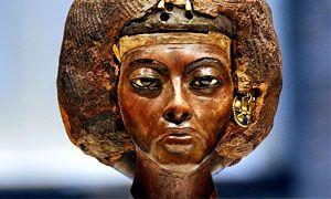 Regina Tiy, nonna di Tutankhamon- ca 1382-1344 a.C. - Nuovo Regno - autore: Thutmose - ebano e occhi di avorio Museo egizio di Berlino. Funzione celebrativa