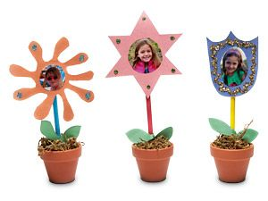 Spring Photo Flowers - Until the real flowers start coming up you can welcome Spring with photo flowers. A fun project to do with the kids. You can print your photos at Kodak Picture Kiosk.